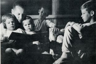 WBtW, Will Reads Bedtime Stories to Gail, Kathy, Eric, and Bruce, 1963or4, courtesy of Jim Duncan